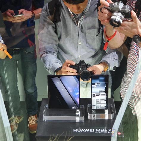Huawei Mate X bemutató, vitrinben őrizve