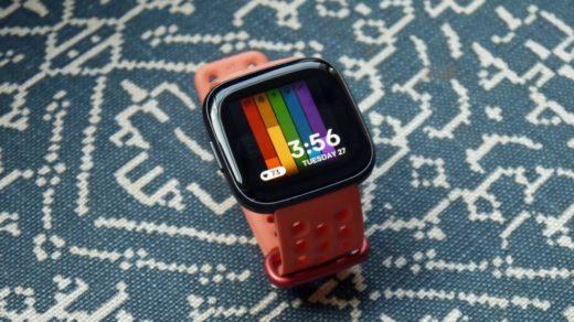 OLED kijelzővel mutatkozott be az új Fitbit Versa 2 modell